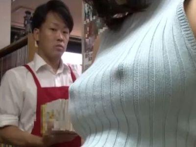 目のやり場に困るノーブラおっぱいで店員を誘惑する巨乳お姉さんが激エロいwww