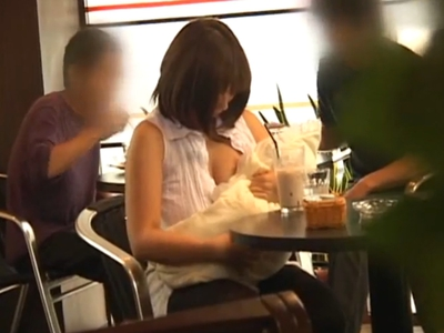 人形におっぱいを吸わせて混雑するカフェの店内で羞恥プレイを楽しむ変態爆乳お姉さんw