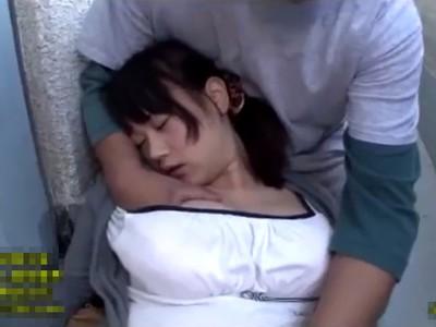 だ、大丈夫ですか!?泥酔した巨乳お姉さんを介抱ついでにちゃっかり乳揉みする隣人さんw