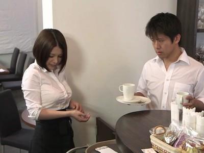 おっぱいでシャツがパツパツ!ボタンが飛びそうな着衣巨乳で店長を誘惑するカフェ店員w