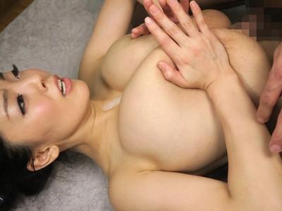 爆乳AV女優のHitomiが世界一のおっぱいを学生にプレゼントするパイズリ訪問サービス!