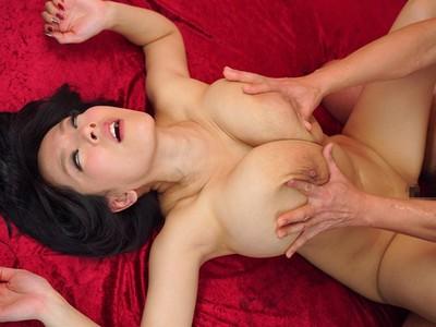 爆乳にも効果てきめん!おっぱいを揉んで女を絶頂させるスペンス乳腺マッサージ【Hitomi】