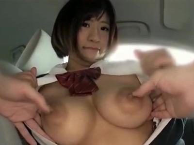 デカ乳輪が目立つおっぱいを車の中で揉ませてくれる爆乳女子校生のけしからん裏バイトw