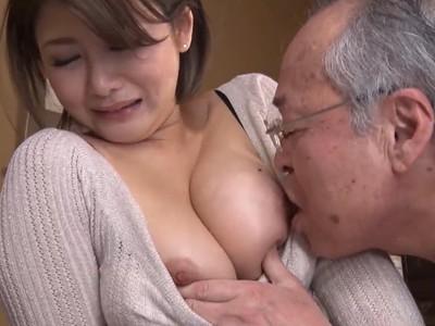 わしにもオッパイを見せろ!エロチャットが義父にバレて乳首を無理やり吸われる爆乳の嫁!