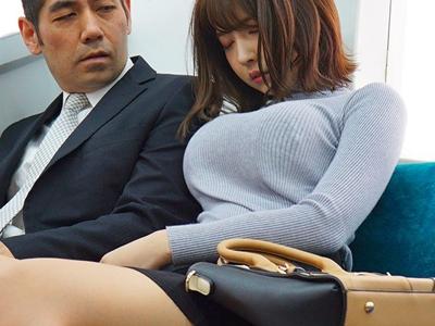 こんな着衣おっぱいで電車に乗るのは危険…男達の視線を胸に集めてしまう巨乳美女の無意識誘惑!三上悠亜