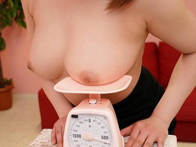 おっぱいが重いほうが優勝!巨乳自慢の女子大生達がHな計量競争に挑むフェチ動画w