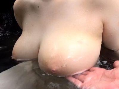 お風呂に浮かぶおっぱいがエロすぎてタプタプしたくなりますwポチャ可愛いIカップ爆乳JDの露天青姦!